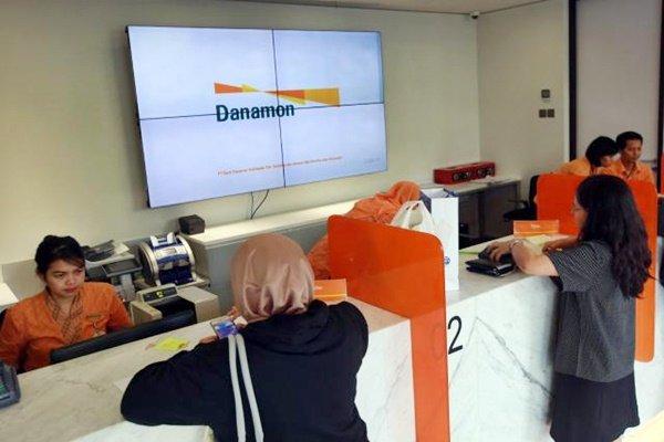 Karyawan melayani nasabah di Kantor Cabang Bank Danamon, Jakarta, Jumat (28/4). - JIBI - Abdullah Azzam