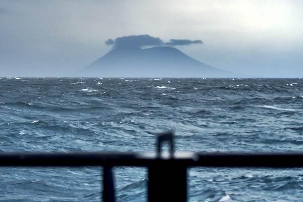 Aktivitas Gunung Anak Krakatau terlihat dari KRI Torani 860 di Perairan Selat Sunda, Banten, Kamis (27/12/2018). - ANTARA/Muhammad Adimaja
