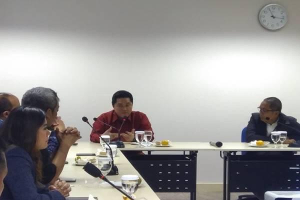 Ketua Tim Kampanye Nasional (TKN) Joko Widodo-Ma'ruf Amin, Erick Thohir (kiri) dan Direktur PT Jurnalindo Aksara Grafika Arif Budisusilo (kanan) di kantor Bisnis Indonesia, Rabu (23/1). JIBI/BISNIS - Siti Munawaroh