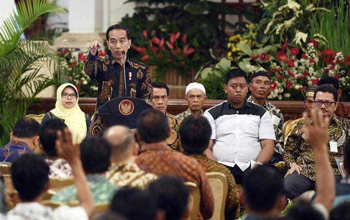 Presiden Joko Widodo (kedua kiri) berdiskusi dengan perwakilan nelayan di Istana Negara, Jakarta, Selasa (22/1/2019). - ANTARA/Puspa Perwitasari