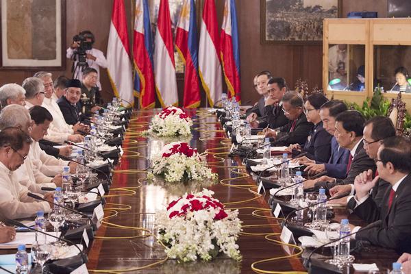 Presiden Joko Widodo (keempat kanan) mengadakan pertemuan dengan Presiden Filipina Rodrigo Duterte (ketiga kiri) bersama delegasi masing-masing negara saat kunjungan kenegaraan di Istana Malacanyan, Manila, Filipina, Jumat (28/4). - Antara/Rosa Panggabean