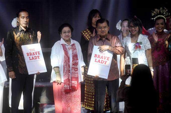 Presiden kelima RI Megawati Soekarnoputri (kedua kiri) berfoto bersama Presiden Joko Widodo (kiri) dan Wakil Presiden Jusuf Kalla (kedua kanan) saat perayaan HUT ke-72 Megawati, di Jakarta, Rabu (23/1/2019). - ANTARA/Akbar Nugroho Gumay