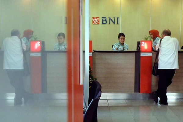 Karyawan melayani nasabah di kantor cabang PT Bank Negara Indonesia Tbk, di Jakarta, Kamis (3/1/2019). - Bisnis - Nurul Hidayat