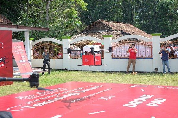 Penerbangan uji coba pengiriman barang denhan drone resmi pertama di Indonesia oleh JD.com pada 8 Januari 2019 diMIS Nurul Falah Leles, Parung Panjang, Bogor, Jawa Barat, Indonesia.