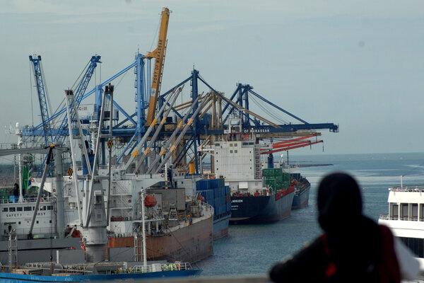 Sejumlah kapal bersandar di terminal Petikemas Makassar, Sulawesi Selatan, Sabtu (19/1/2019). Angin kencang dan ombak tinggi yang terjadi dalam beberapa hari membuat kapal pengangkut logistik tertahan. - Antara/Abriawan Abhe