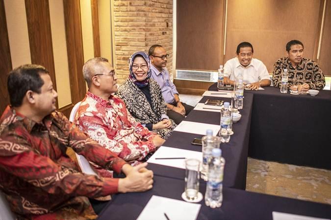 Ketua Umum DPW PKS DKI Jakarta Sakhir Purnomo (kanan) bersama Wakil Ketua Umum Khoiruddin (kedua kanan) melakukan rapat dengan Tim Uji Kepatutan dan Kelayakan Calon Wagub DKI Jakarta, yakni Wakil Ketua DPD Gerindra DKI Jakarta Syarif (ketiga kanan), Peneliti senior LIPI Siti Zuhro (ketiga kiri), Pakar Kebijakan Publik Eko Prasojo (kedua kiri) dan Pengamat Politik Ubedillah Badrun (kiri) di Jakarta, Rabu (23/1/2019). - ANTARA/Aprillio Akbar