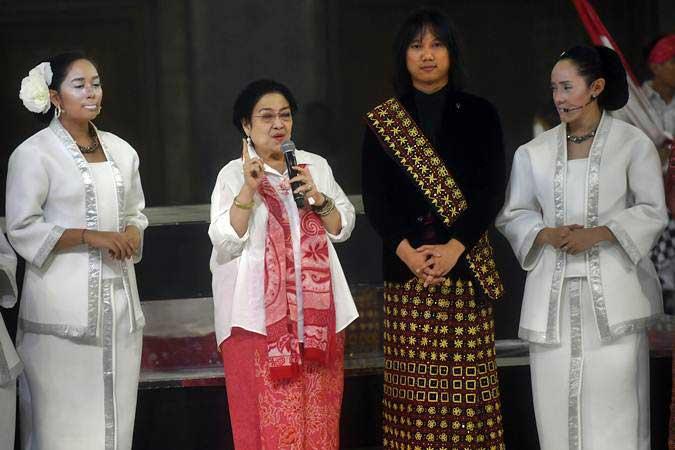 Presiden kelima RI Megawati Soekarnoputri (kedua kiri) memberikan pidato saat perayaan HUT ke-72 Megawati, di Jakarta, Rabu (23/1/2019). - ANTARA/Akbar Nugroho Gumay