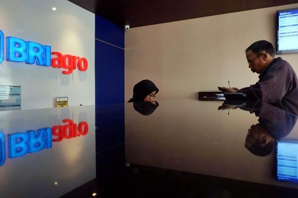 Karyawati melayani nasabah di kantor cabang PT Bank Rakyat Indonesia Agroniaga Tbk. (BRI Agro), di Jakarta, Jumat (9/11/2018). - Bisnis/Nurul Hidayat