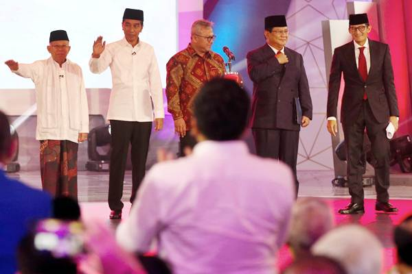 Ketua KPU Arief Budiman (tengah) bersama pasangan capres-cawapres nomor urut 01 Joko Widodo (kedua kiri) dan Ma'ruf Amin (kiri) serta pasangan nomor urut 02 Prabowo Subianto (kedua kanan) dan Sandiaga Uno (kanan) bersiap mengikuti debat pertama Pilpres 2019, di Hotel Bidakara, Jakarta, Kamis (17/1/2019). - Bisnis/Abdullah Azzam