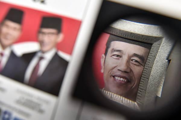 Petugas melakukan pengecekan kualitas surat suara Pilpres 2019 saat pencetakan surat suara di Jakarta, Minggu (20/1/2019). - ANTARA/Muhammad Adimaja