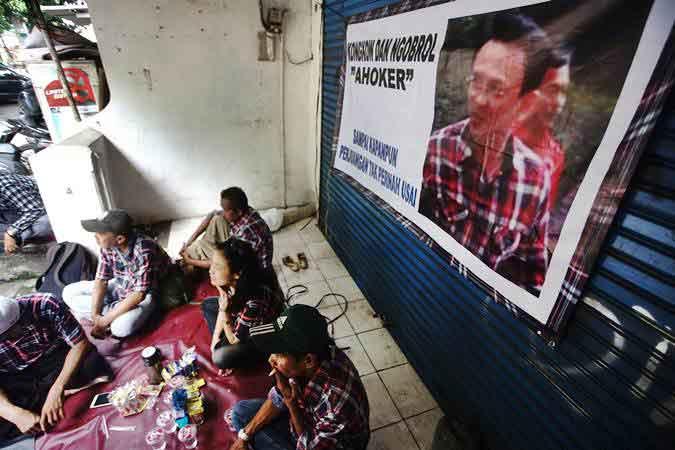 Sejumlah pendukung Basuki Tjahaja Purnama (Ahoker) berkumpul di samping Mako Brimob Kelapa Dua Cimanggis Depok, Jawa Barat, Rabu (23/1/2019). - ANTARA/Kahfie Kamaru