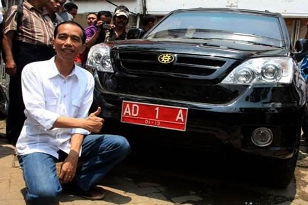 Wali Kota Solo Joko Widodo berpose dengan Mobil Esemka Rajawali saat tiba di Jakarta (25/2/2012) - Antara