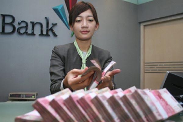 Seorang karyawati Bank Permata menghitung uang - Antara/Ari Bowo Sucipto