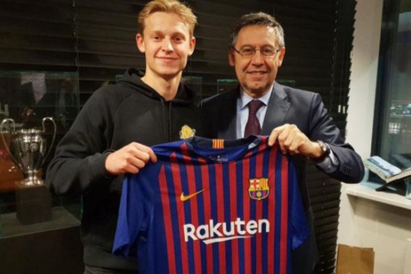 Frenkie de Jong bersama Presiden klub FC Barcelona Josep Maria Bartomeu setelah meneken kontrak berdurasi 5 tahun. - Twitter@jmbartomeu
