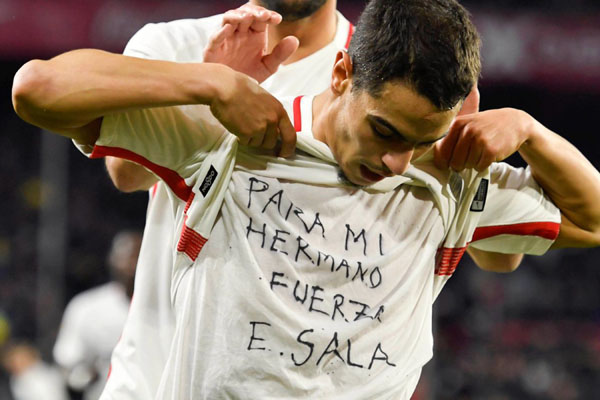 Selepas menjebol gawang Barcelona, pemain Sevilla Wissam Ben Yedder mengangkat kausnya untuk menunjukkan simpati kepada Emiliano Sala, pesepak bola asal Argentina, yang tewas akibat kecelakaan pesawat 2 hari lalu. - Twitter@SevillaFC