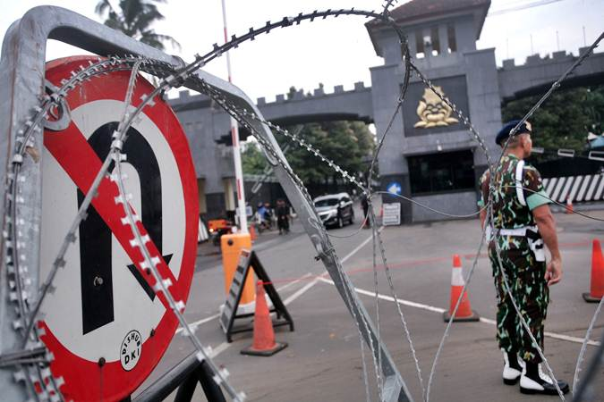 Petugas kepolisan mengatur lalu lintas di depan Mako Brimob Kelapa Dua Depok, menjelang pembebasan Basuki Tjahaja Purnama alias Ahok, Kamis (24/1/2019). - ANTARA/Kahfie kamaru