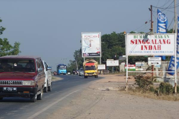 Kendaraan arus balik mulai ramai melewati jalur  Lintas Timur Sumatra Mesuji Lampung, Minggu (19/7/2015). - Bisnis.com/Tim Susur Jawa Sumatra