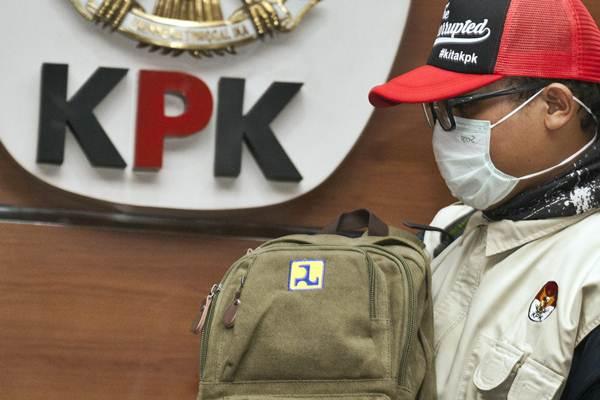 Penyidik membawa barang bukti saat konferensi pers mengenai Operasi Tangkap Tangan (OTT) kasus korupsi pejabat Kementerian Pekerjaan Umum dan Perumahan Rakyat (PUPR) dengan pihak swasta, di Gedung KPK, Jakarta, Minggu (30/12/2018) dini hari. - ANTARA/Galih Pradipta
