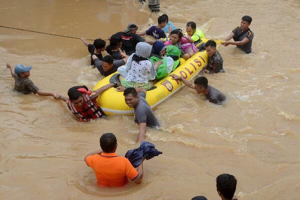 Tim relawan mengevakuasi warga yang terjebak banjir di Perumahan Bung Permai, Makassar, Sulawesi Selatan, Rabu (23/1/2019). Ketinggian banjir di kawasan tersebut mencapai satu meter akibat meluapnya Sungai Tello. - Antara/Sahrul Manda Tikupadang