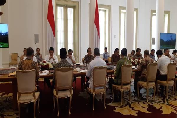 Presiden Joko Widodo memimpin rapat terbatas penganggaran dana desa dan dana kelurahan di Istana Bogor, Jumat (2/11)./JIBI - BISNIS/Amanda Kusumawardhani