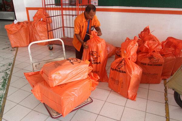 Petugas menata paket di kantor Pos Indonesia, Padang, Sumatera Barat, Selasa (22/01/2019). PT Pos Indonesia menaikkan tarif jasa pengiriman kargo udara dari Rp5.000 sampai Rp11.000, per kilonya, yang diberlakukan mulai awal bulan Januari 2019, seiring kenaikan tarif Surat Muatan Udara (SMU). - Antara/Muhammad Arif Pribadi