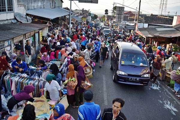 Warga berbelanja di pasar tumpah, Jalan Tirtomoyo, Bandungan, Kabupaten Semarang, Jawa Tengah, Rabu (13/6/2018). - ANTARA/Aditya Pradana Putra