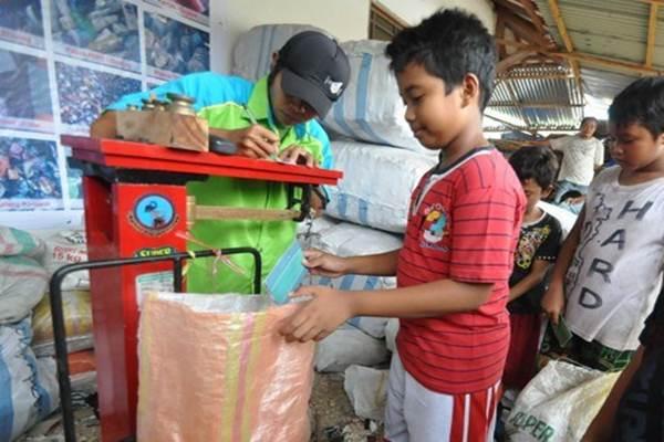 Anak-anak menjual sampah - Antara
