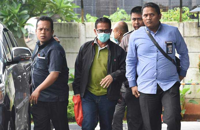 Bupati Mesuji Khamami (kedua kiri) dikawal penyidik KPK seusai terjaring Operasi Tangkap Tangan (OTT), tiba di Gedung KPK, Jakarta, Kamis (24/1/2019). - ANTARA/Indrianto Eko Suwarso