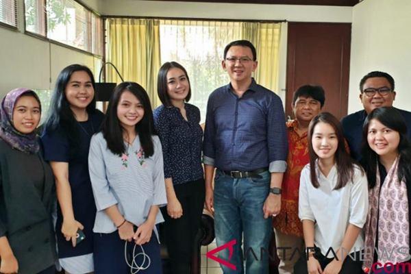 Mantan Gubernur DKI Jakarta, Basuki Tjahaja Purnama alias Ahok (tengah), berfoto dengan kerabatnya di Jakarta, Kamis (24/1/2019). Ahok berkumpul dengan keluarga dan kerabatnya pasca bebas dari penjara. (ANTARA FOTO/HO - Tim BTP).