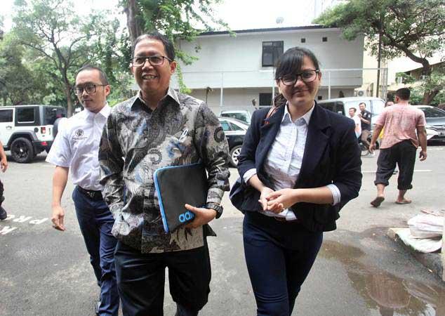 Plt Ketua Umum PSSI Joko Driyono (tengah) didampingi Sekretaris Jenderal PSSI, Ratu Tisha (kanan) bersiap menjalani pemeriksaan di Polda Metro Jaya, Jakarta, Kamis (24/1/2019). - ANTARA/Reno Esnir