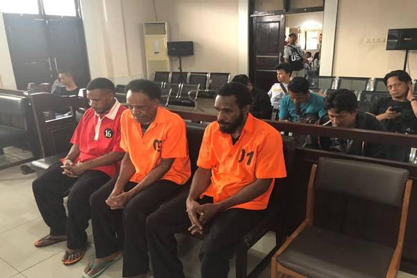 Majelis Hakim Pengadilan Negeri Jayapura yang memutus hukuman 2 tahun 6 bulan penjara  terdakwa berinisial WH, EW dan RH atas tindak pidana bertransaksi dan menyuplai amunisi senjata api untuk Kelompok Kriminal Bersenjata (KKB) di Papua. - Istimewa