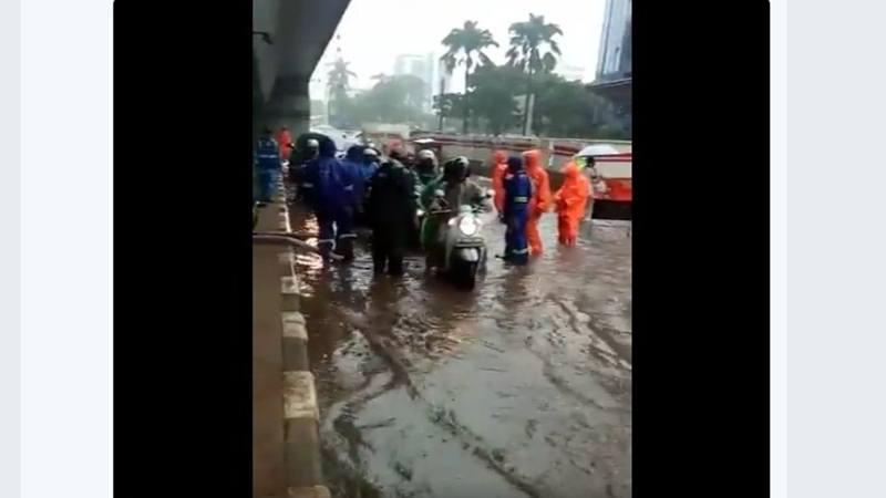 Genangan air di depan wisma Korindo Pancoran, Jakarta Selatan, Jumat (25/1). - Twitter TMC Polda Metro Jaya