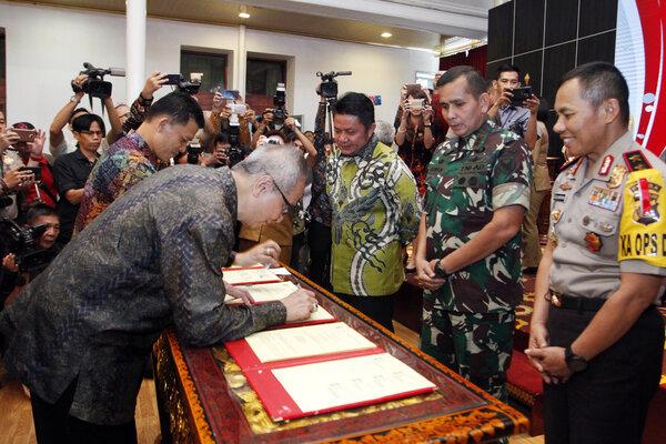 Gubernur Sumsel Herman Deru (kiri) menyaksikan penandatanganan MoU pembangunan 3.000 unit rumah untuk ASN, TNI dan Polri. - Istimewa