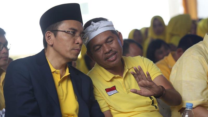 Dari kiri, mantan Gubernur Nusa Tenggara Barat Muhammad Zainul Majdi atau yang akrab disapa Tuan Guru Bajang (TGB) berbincang dengan Dedi Mulyadi, ketua tim sukses Jokowi di Jawa Barat. - Bisnis/Wisnu Wage Pamungkas