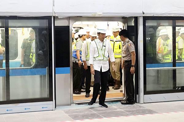 Presiden Joko Widodo keluar dari kereta Mass Rapid Transit (MRT) Jakarta, di Stasiun Bundaran Hotel Indonesia, Jakarta, Selasa (6/11/2018). Presiden mencoba perjalanan MRT dari Stasiun Bundaran HI menuju Stasiun Lebak Bulus. - JIBI/Endang Muchtar