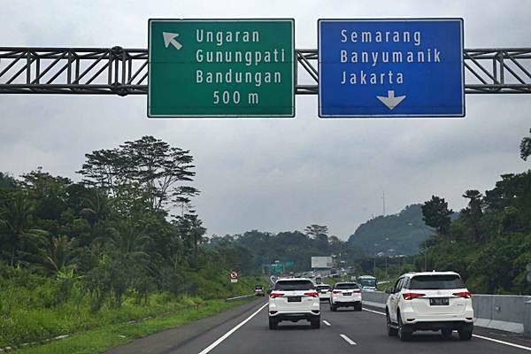 Kendaraan melintasi ruas jalan tol Trans Jawa, di wilayah Jawa Tengah, Kamis (20/12/2018). - Bisnis/Nurul Hidayat