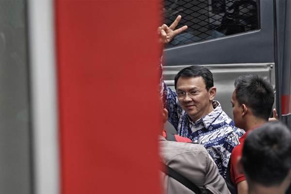 Terpidana kasus penistaan agama Basuki Tjahaja Purnama atau Ahok melambaikan tangan saat tiba di rumah tahanan LP Cipinang, Jakarta, Selasa (9/5). Hakim Pengadilan Negeri Jakarta Utara memutuskan menjatuhi hukuman Ahok selama dua tahun penjara karena terbukti melanggar Pasal 156 KUHP tentang penodaan agama. ANTARA FOTO - Ubaidillah