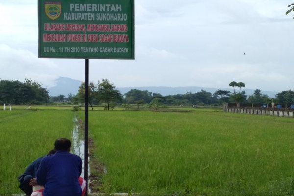 Sejumlah petugas memasang plakat cagar budaya di areal persawahan Joho di samping kantor Kecamatan Sukoharjo, Jumat (25/1/2019). - Solopos/Indah Septiyaning W