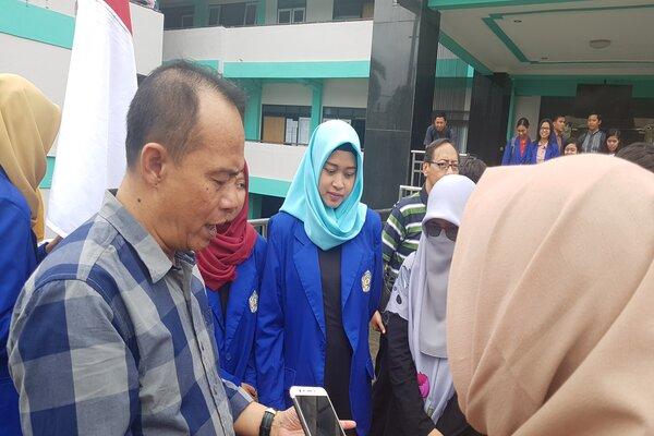 Rektor IKIP Budi Utomo Malang Nurcholis Sunuyeko (kiri) saat memberikan keterangan pers di Malang, Jumat (25/1/2019). - Bisnis/Choirul Anam