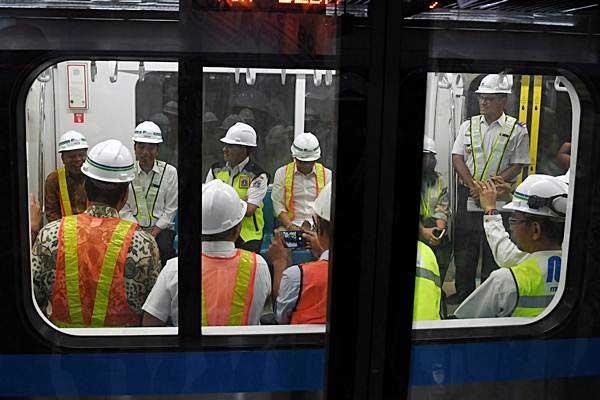 Presiden Joko Widodo (kedua kiri) didampingi Gubernur DKI Jakarta Anies Baswedan (ketiga kiri) menaiki kereta Mass Rapid Transit (MRT) Jakarta di Stasiun Bundaran Hotel Indonesia, Jakarta, Selasa (6/11/2018). - ANTARA/Wahyu Putro A