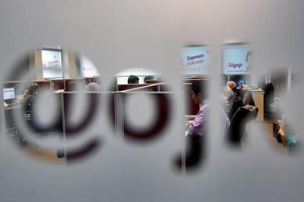 Karyawan Otoritas Jasa Keuangan (OJK) beraktivitas di ruang layanan Konsumen, Kantor OJK, Jakarta, Senin (23/10). - ANTARA/Akbar Nugroho Gumay