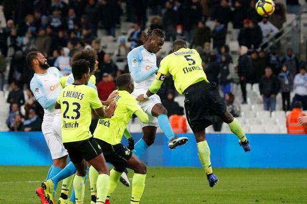 Mario Balotelli (kedua kanan) mencetak gol Marseille ke gawang Lille. - Reuters/Jean-Paul Pelissier