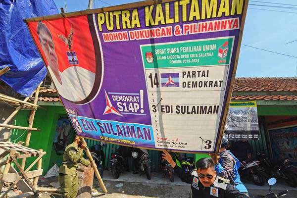 Petugas Satpol PP Kota Salatiga membongkar alat peraga kampanye (APK) di Salatiga, Jawa Tengah, Selasa (18/12/2018). - ANTARA/Aloysius Jarot Nugroho