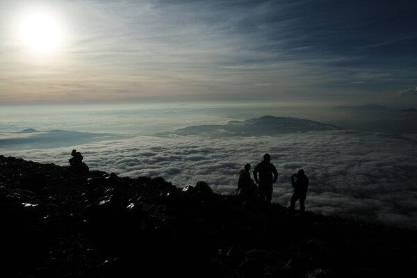Pendaki menaiki jalur pendakian Gunung Kerinci dari shelter tiga menuju puncak di Taman Nasional Kerinci Seblat (TNKS), Kerinci, Jambi, Minggu (13/1/2019). Gunung Kerinci dengan ketinggian 3.805 mdpl merupakan puncak gunung api tertinggi di Pulau Sumatera. - Antara/Wahdi Septiawan