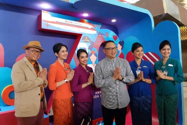 Direktur Utama Garuda Indonesia Ari Askhara (ketiga dari kanan) berpose bersama pramugari dan Direktur Niaga Garuda Indonesia Pikri Ilham usai perayaan Hari Ulang Tahun ke/70 Garuda Indonesia di Terminal 3 Bandara Soekarno/Hatta,