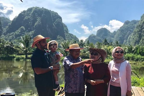 Wakil Presiden Jusuf Kalla (JK) menghabiskan liburan panjang ke Karst Rammang-rammang di Maros Sulawesi Selatan, Senin (1/5/2017). - Istimewa