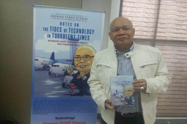 Jusman Syafii Djamal memamerkan buku tetraloginya