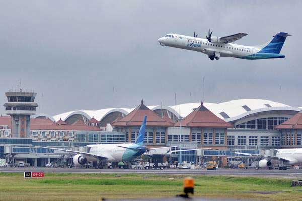Pesawat udara lepas landas di kawasan Bandara Internasional I Gusti Ngurah Rai, Bali, Selasa (13/6). - Antara/Fikri Yusuf