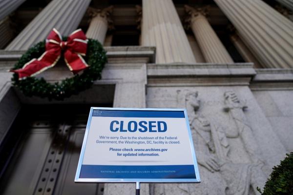Papan pengumuman menyatakan gedung National Archive di Washington DC, AS ditutup selama government shutdown (penutupan pemerintah) sementara diberlakukan, Sabtu (22/12/2018). - Reuters/Joshua Roberts