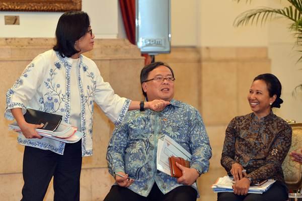 Menteri Keuangan Sri Mulyani (kiri) berbincang dengan Menteri PPN/Kepala Bappenas Bambang Brodjonegoro (tengah) dan Menteri BUMN Rini Soemarno sebelum Sidang Kabinet Paripurna di Istana Negara, Jakarta, Senin (9/4/2018). - ANTARA/Wahyu Putro A